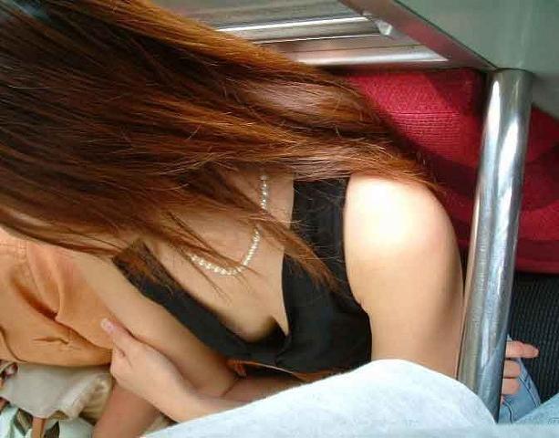 【電車内胸チラエロ画像】電車内で油断して胸チラを盗撮された女の子たち!