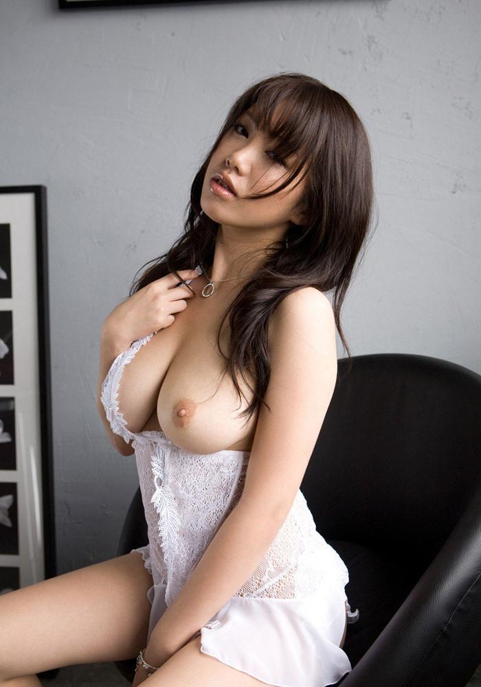 【片乳エロ画像】両方のおっぱいではなく、あえて片乳だけポロリしている女エロ杉! 表紙