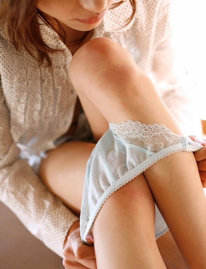 【パンツ半脱ぎエロ画像】脱ぎかけたパンティーに萌える!フェチ心くすぐるエロ画像 23