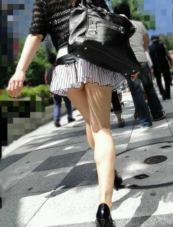 【美脚エロ画像】ついつい目で追ってしまいそうな街中でみかけた美脚な女の子! 表紙