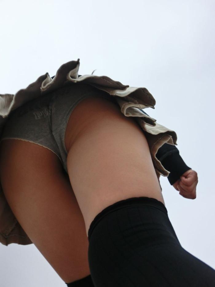 【ローアングルエロ画像】ナナメ下のローアングルから女の子の股間を狙った結果! 15