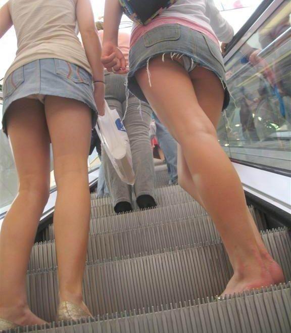 【ローアングルエロ画像】ナナメ下のローアングルから女の子の股間を狙った結果! 21