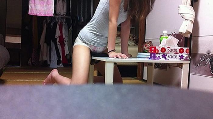 【角オナニーエロ画像】机やテーブルの角だって使い方によっては大人のオモチャに!?w 19