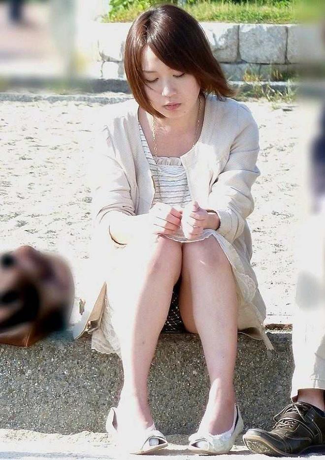 【パンチラエロ画像】街中で見つけた素人娘たちのパンチラ狙った結果!www 04