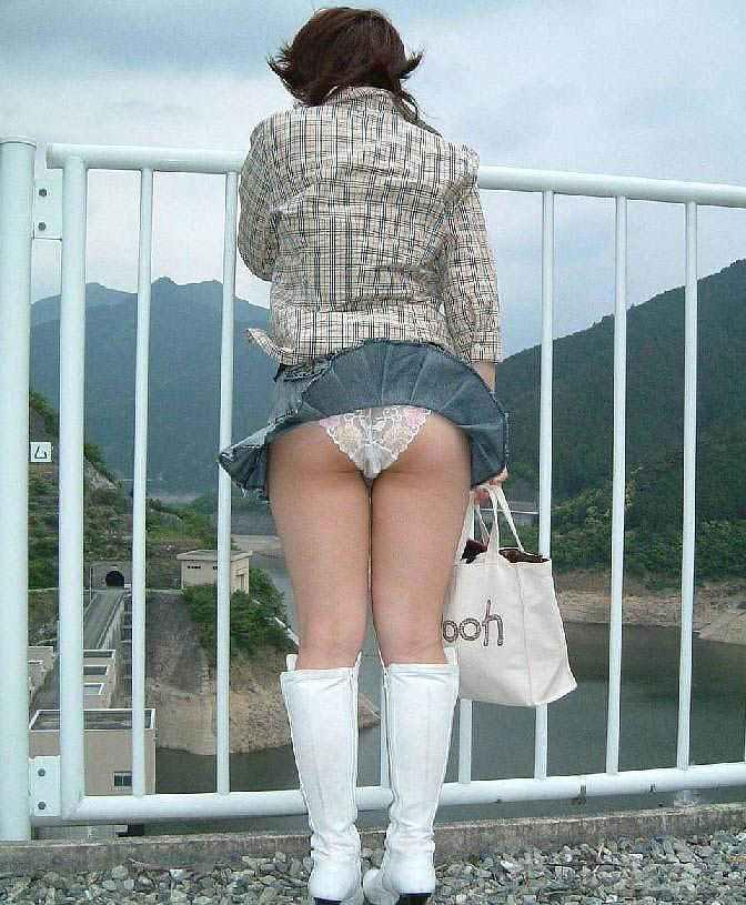 【パンチラエロ画像】街中で見つけた素人娘たちのパンチラ狙った結果!www 12