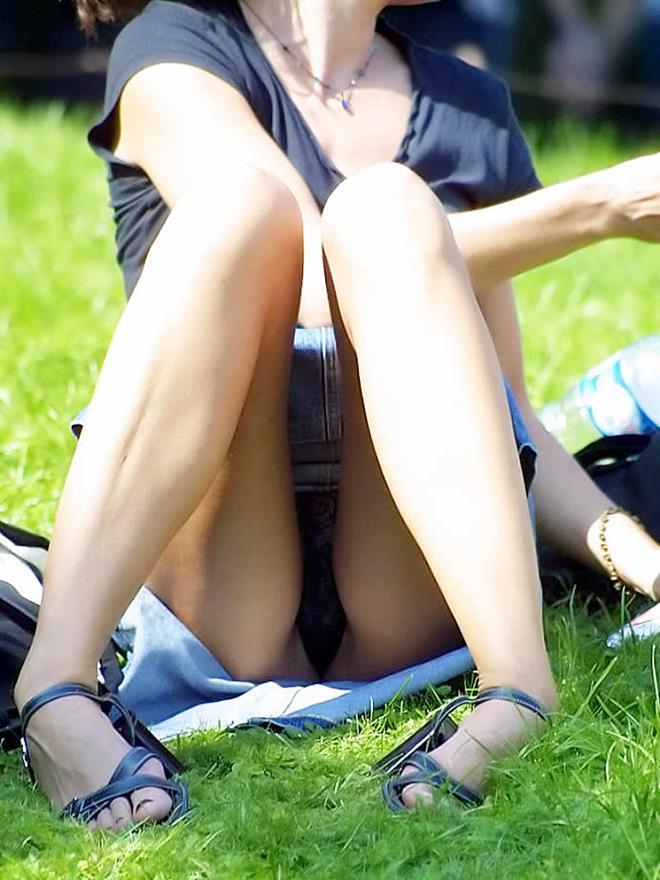 【パンチラエロ画像】街中で見つけた素人娘たちのパンチラ狙った結果!www 19