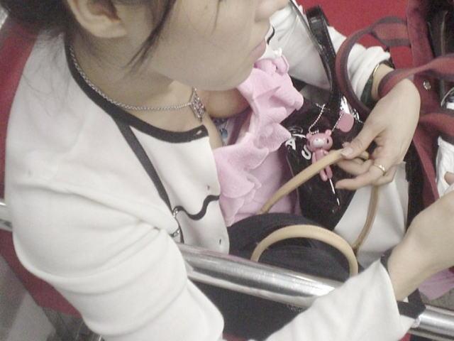 【電車内胸チラエロ画像】電車の中で不用意に開いた胸元を狙われた女の子の末路w 05
