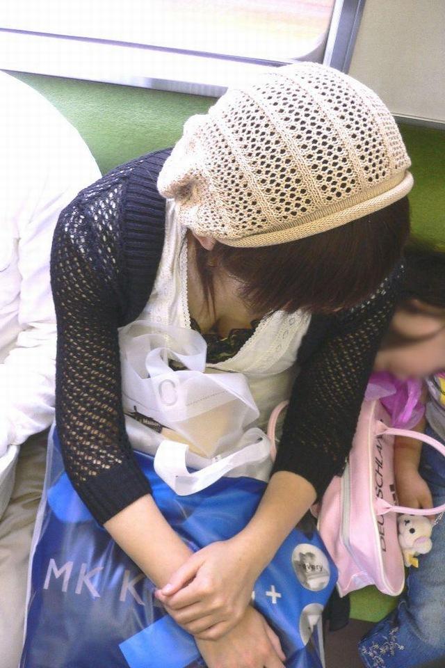 【電車内胸チラエロ画像】電車の中で不用意に開いた胸元を狙われた女の子の末路w 13