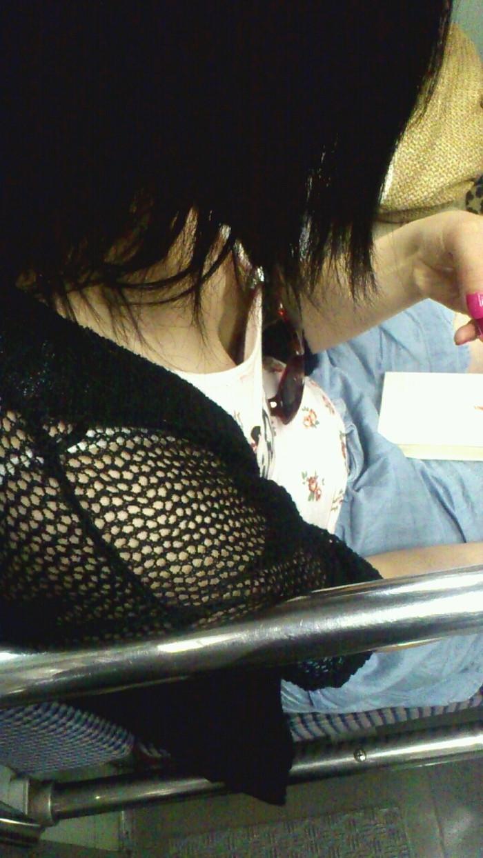 【電車内胸チラエロ画像】電車の中で不用意に開いた胸元を狙われた女の子の末路w 18