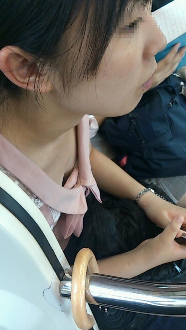 【電車内胸チラエロ画像】電車の中で不用意に開いた胸元を狙われた女の子の末路w 24