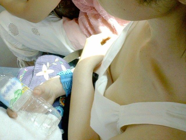 【電車内胸チラエロ画像】電車の中で不用意に開いた胸元を狙われた女の子の末路w 26