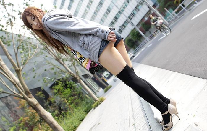 【ホットパンツエロ画像】露になった太ももがセクシーなホットパンツ女子! 03