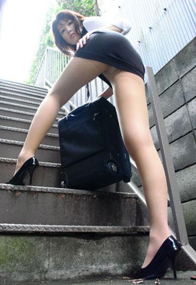 【美脚エロ画像】女の子の見事な脚線美!思わず見とれてしまう美脚の女の子! 08