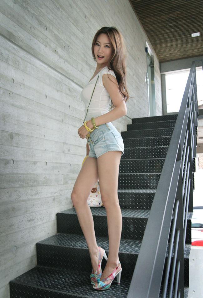 【美脚エロ画像】女の子の見事な脚線美!思わず見とれてしまう美脚の女の子! 20