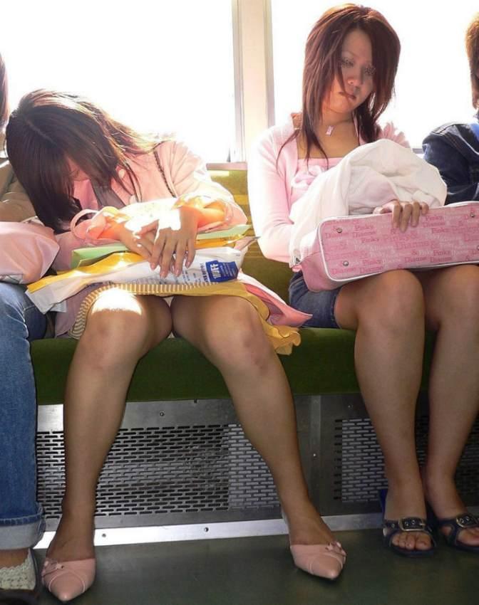 【電車内盗撮エロ画像】電車の中で女の子の胸元、股間狙ってみた結果www 03