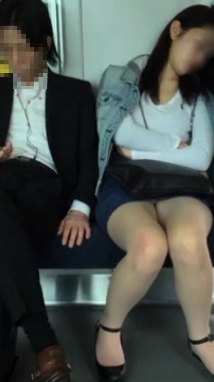 【電車内盗撮エロ画像】電車の中で女の子の胸元、股間狙ってみた結果www 05