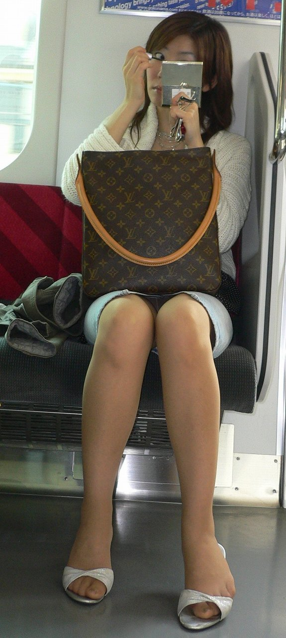 【電車内盗撮エロ画像】電車の中で女の子の胸元、股間狙ってみた結果www 06