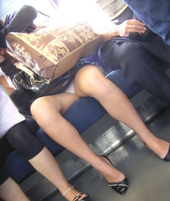 【電車内盗撮エロ画像】電車の中で女の子の胸元、股間狙ってみた結果www 09