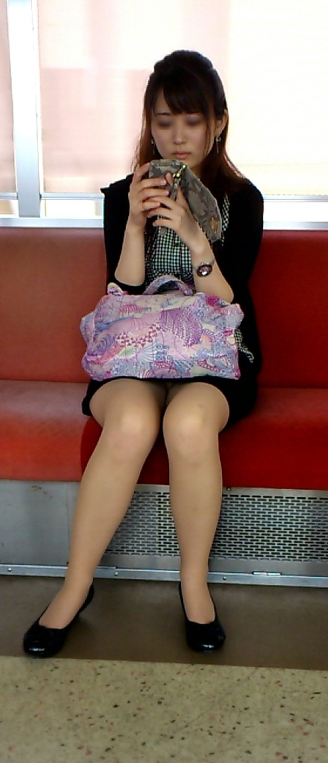 【電車内盗撮エロ画像】電車の中で女の子の胸元、股間狙ってみた結果www 12