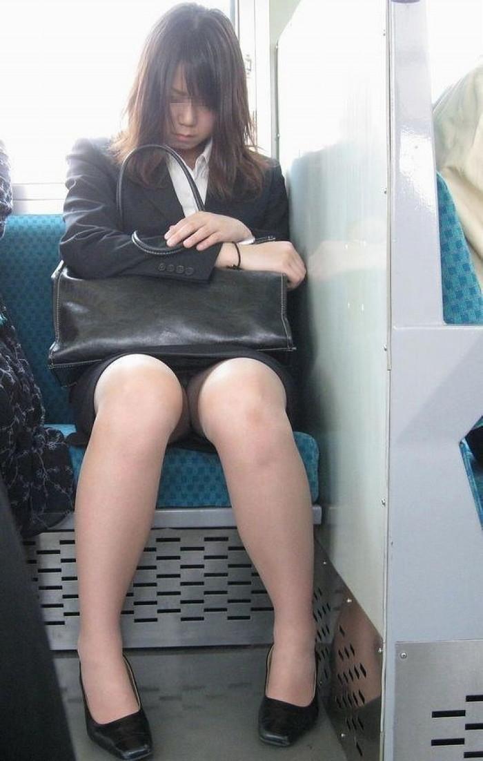 【電車内盗撮エロ画像】電車の中で女の子の胸元、股間狙ってみた結果www 13