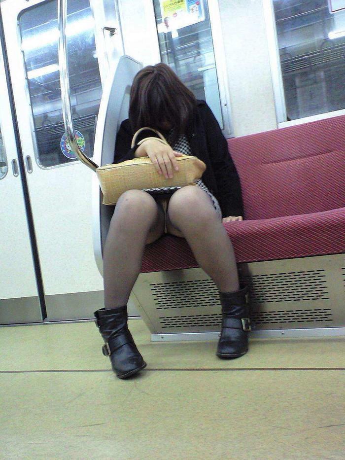 【電車内盗撮エロ画像】電車の中で女の子の胸元、股間狙ってみた結果www 14
