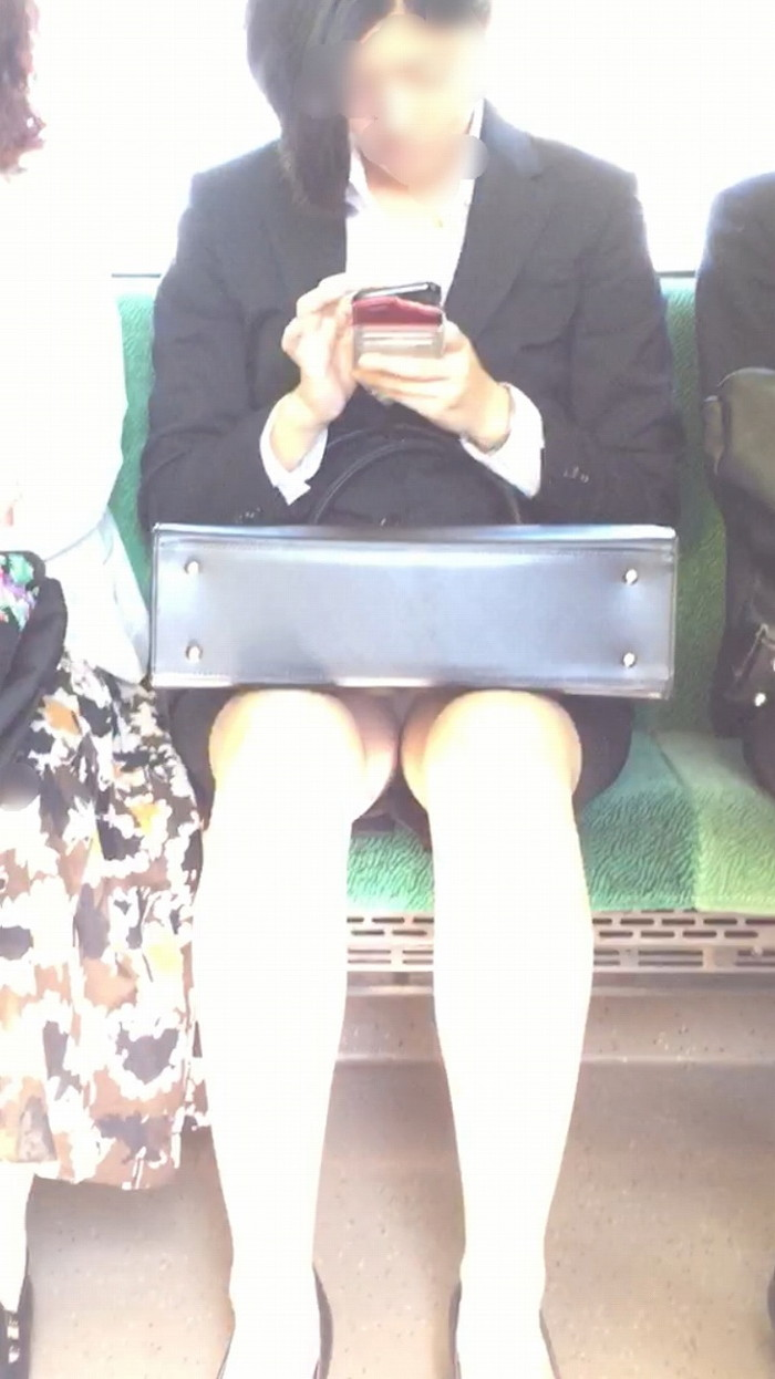 【電車内盗撮エロ画像】電車の中で女の子の胸元、股間狙ってみた結果www 15