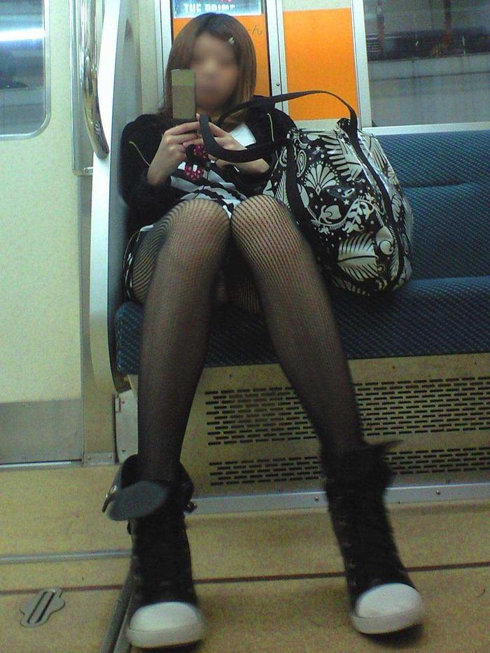 【電車内盗撮エロ画像】電車の中で女の子の胸元、股間狙ってみた結果www 17