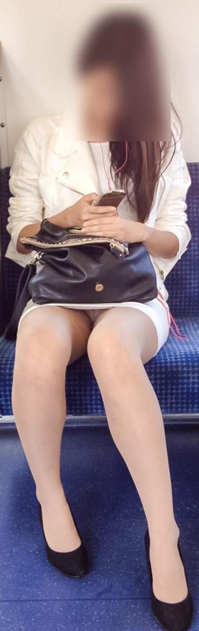 【電車内盗撮エロ画像】電車の中で女の子の胸元、股間狙ってみた結果www 18