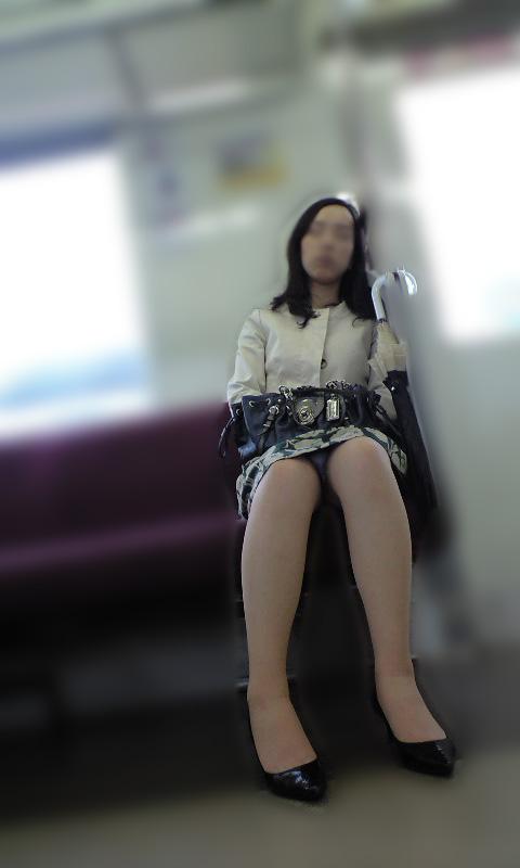 【電車内盗撮エロ画像】電車の中で女の子の胸元、股間狙ってみた結果www 19