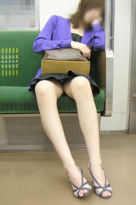 【電車内盗撮エロ画像】電車の中で女の子の胸元、股間狙ってみた結果www 22