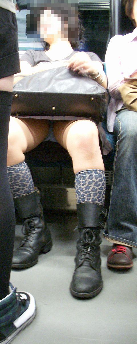 【電車内盗撮エロ画像】電車の中で女の子の胸元、股間狙ってみた結果www 23