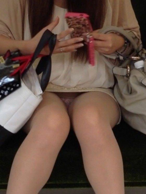 【電車内盗撮エロ画像】電車の中で女の子の胸元、股間狙ってみた結果www 25