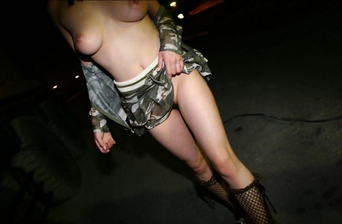 【夜間露出エロ画像】夜間の闇にまぎれて露出決行!夜間に露出する女たち!