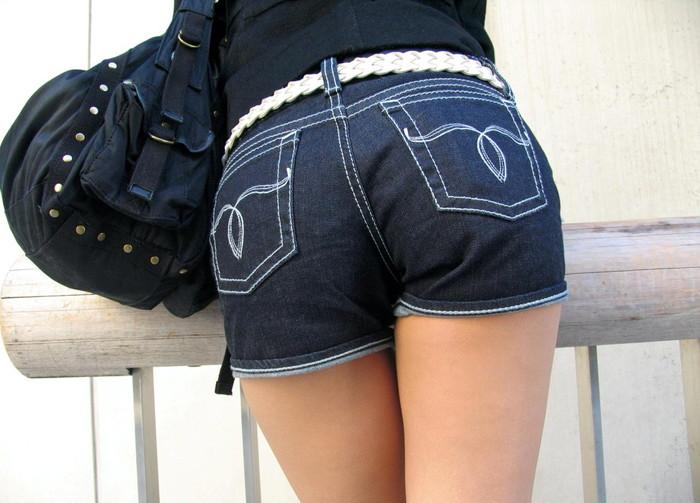 【ホットパンツエロ画像】男の熱視線にドキドキのホットパンツ女子wwww 03