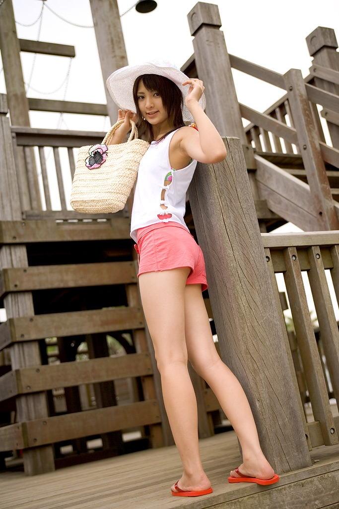 【ホットパンツエロ画像】男の熱視線にドキドキのホットパンツ女子wwww 23