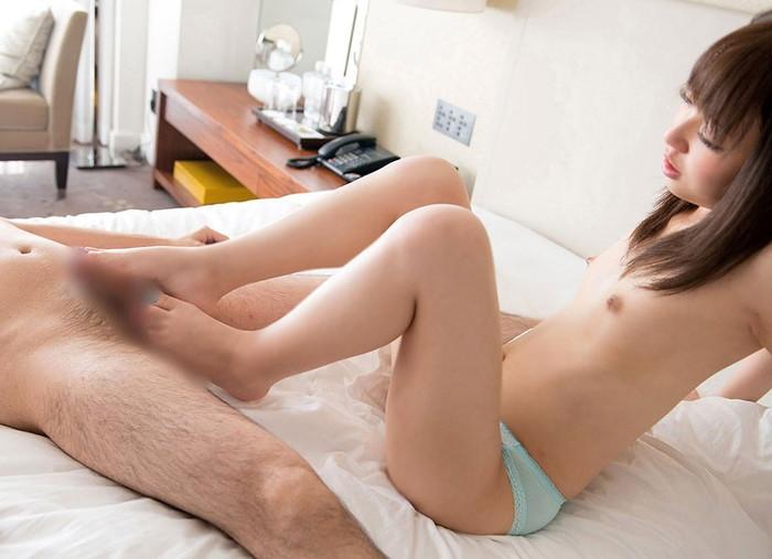 【足コキエロ画像】マニアック!?女の子の足で絶頂に導かれる足コキ! 04
