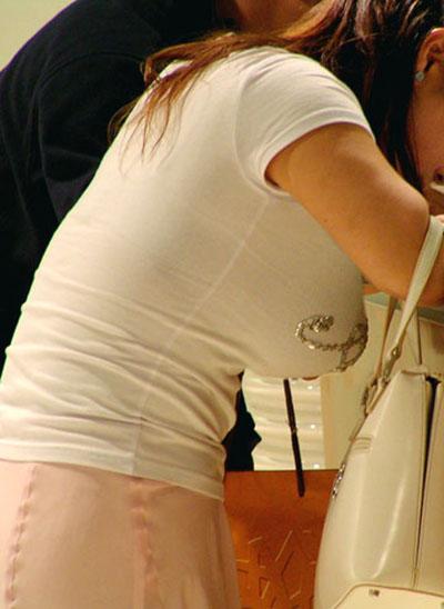 【着衣巨乳エロ画像】街中でセックスアピール絶大の着衣巨乳な女の子! 02