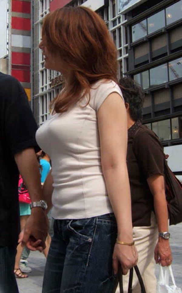 【着衣巨乳エロ画像】街中でセックスアピール絶大の着衣巨乳な女の子! 09