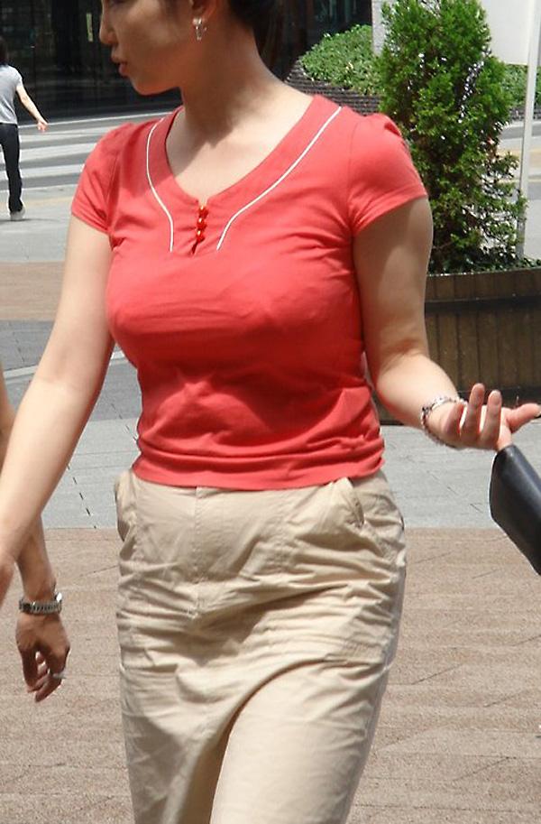 【着衣巨乳エロ画像】街中でセックスアピール絶大の着衣巨乳な女の子! 12
