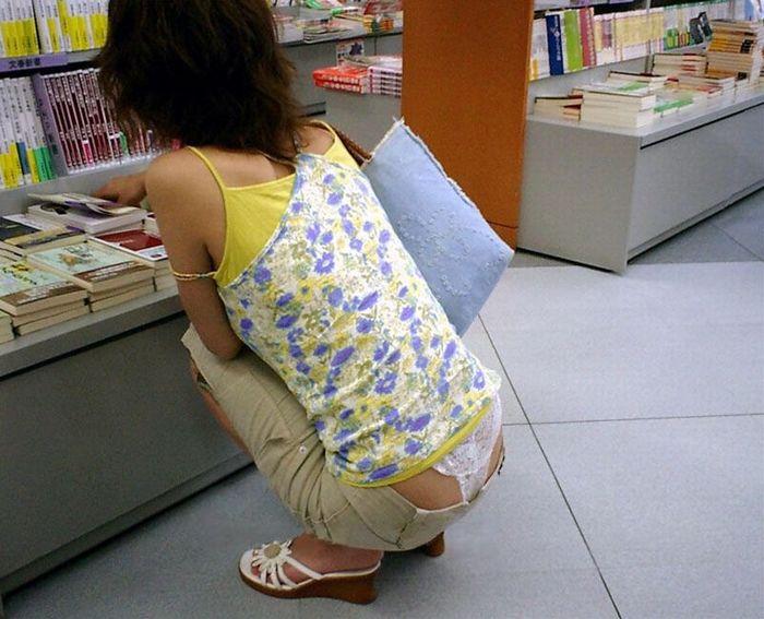 【ローライズエロ画像】腰パン!?ローライズファッションでパンチラ、尻チラ満載ww