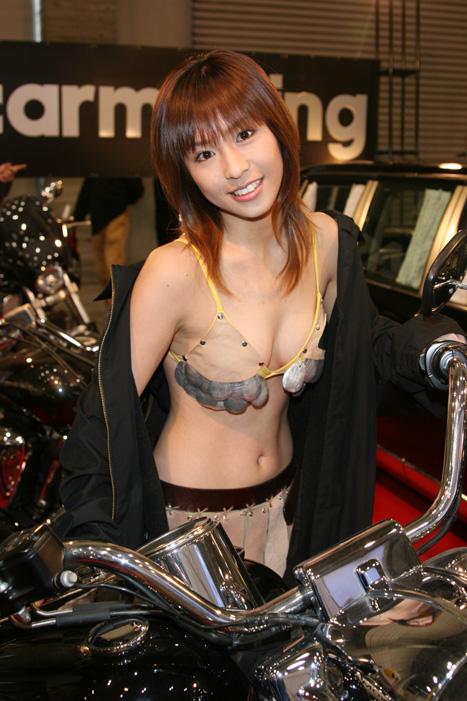 【キャンギャルエロ画像】キャンギャルたちの衣装が年々過激さを増している件w 01