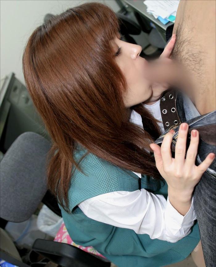 【着衣フェラチオエロ画像】着衣のままチンポをむさぼるチンポ大好き女のフェラ! 26
