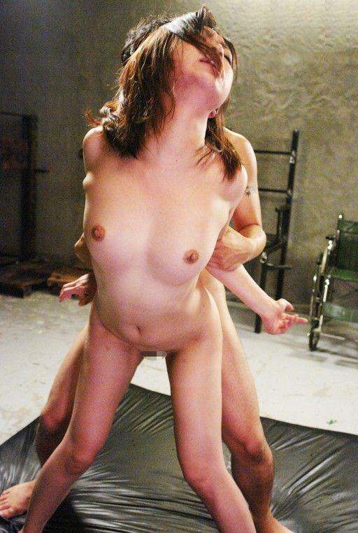【立ちバックエロ画像】立ったままセックスしているという背徳感にドキドキの体位w 05