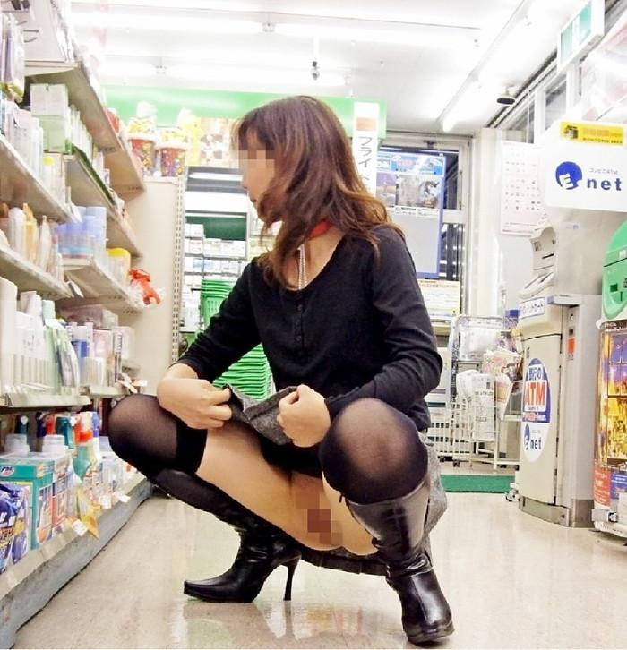 【店内露出エロ画像】正気の沙汰じゃない!?営業中の店内で露出プレイだと…。 15