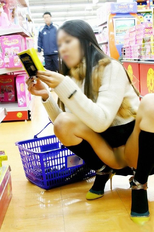 【店内露出エロ画像】正気の沙汰じゃない!?営業中の店内で露出プレイだと…。 18
