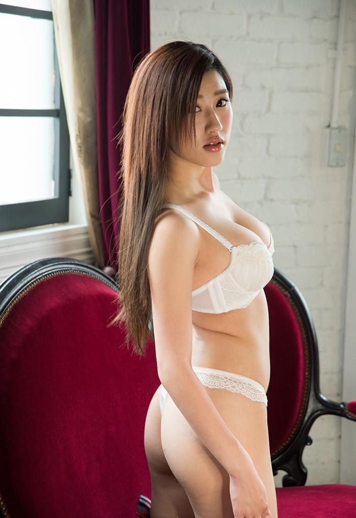 【Tバックエロ画像】女の子のお尻をセクシーに美しく演出するパンティー! 03