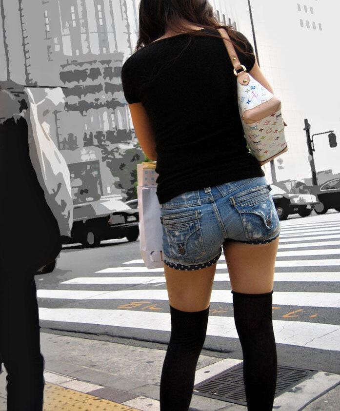【街撮りホットパンツエロ画像】街中で見かけたホットパンツの美脚なおねーさんw 03