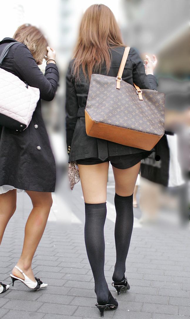 【街撮りホットパンツエロ画像】街中で見かけたホットパンツの美脚なおねーさんw 09
