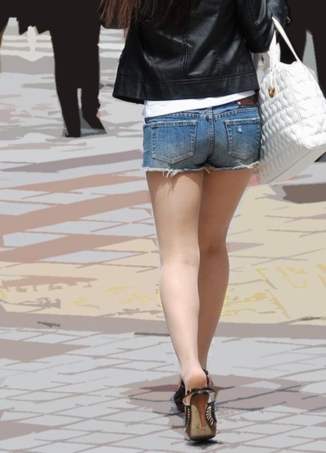 【街撮りホットパンツエロ画像】街中で見かけたホットパンツの美脚なおねーさんw 11