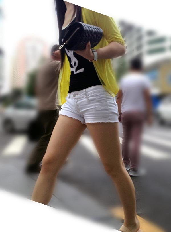【街撮りホットパンツエロ画像】街中で見かけたホットパンツの美脚なおねーさんw 12